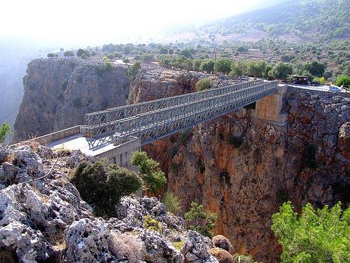 Crossing the Aradhena gorge