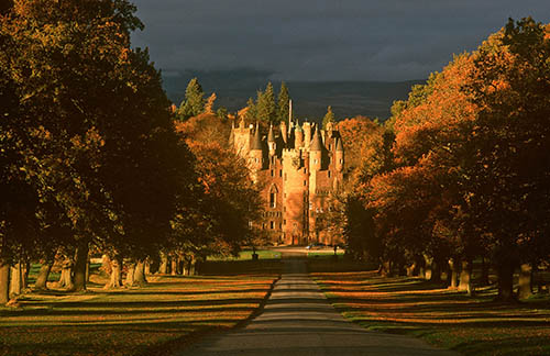 GLAMIS CASTLE NEAR FORFAR, ANGUS, APPROACHED ALONG THE MAIN DRIVE. PIC: P.TOMKINS/VisitScotland/SCOTTISH VIEWPOINT Tel: +44 (0) 131 622 7174 Fax: +44 (0) 131 622 7175 E-Mail : info@scottishviewpoint.com This photograph can not be used without prior permission from Scottish Viewpoint.