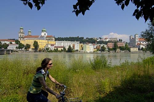 Radler vor italienischer Stadtkulisse am Inn, Passau