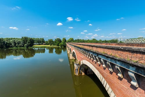 Canal de Garonne dates from the 19th century and connects Toulouse to Castets-en-Dorthe in Moissac, Castelsarrasin, Tarn-et-Garonne, Midi-Pyrenees, France